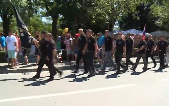 """MRLJA NA PROSLAVI: Predstava """"Za dom spremni"""" i ustaške pjesme u središtu Knina"""
