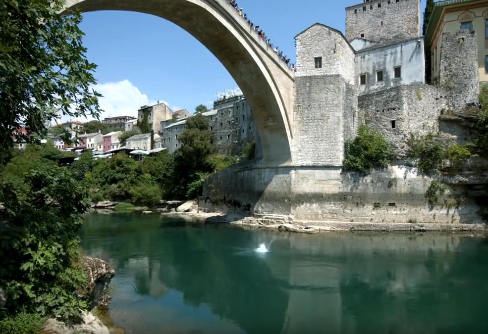 SA STAROG MOSTA U SMRT: Mladić (25) pitao treba li platiti skok s mosta u Mostaru - skočio i nestao