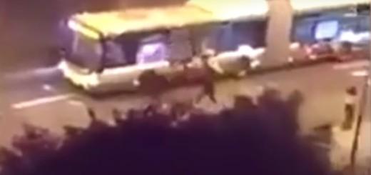 "NAPAD U PARIZU: Vikali ""Allahu Akbar"" i Molotovljevim koktelima spalili autobus"