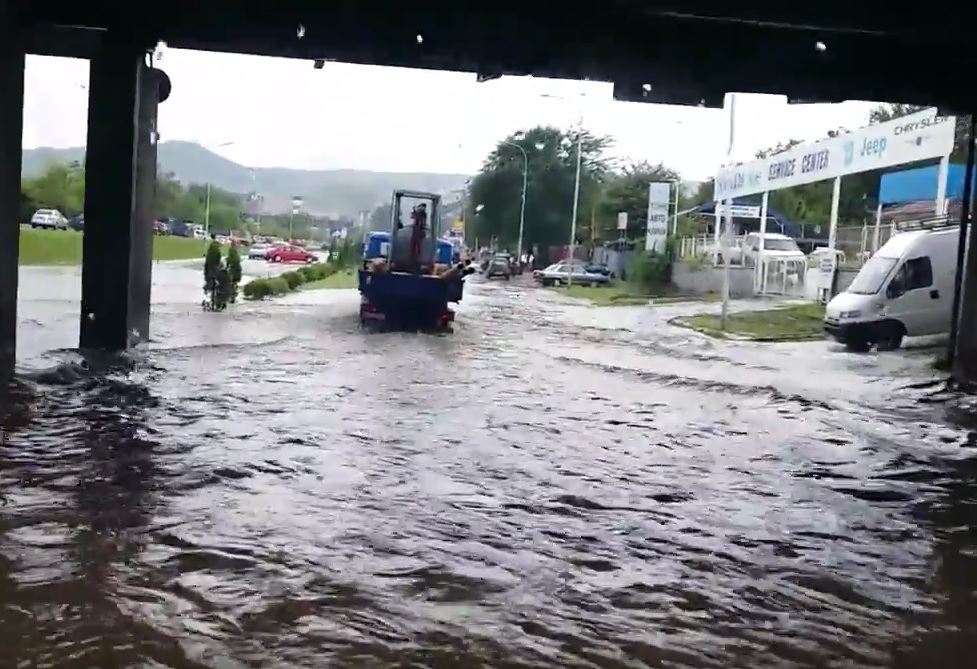 VIDEO: BIJESNA OLUJA: U Skoplju nevrijeme ludovalo više od pet sati - najmanje 20 ljudi izgubilo život