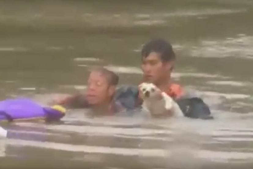 """VIDEO: DRAMA U BUJICI - Nakon što su je spasili vikala: """"Molim vas, pod vodom je i moj pas!"""""""