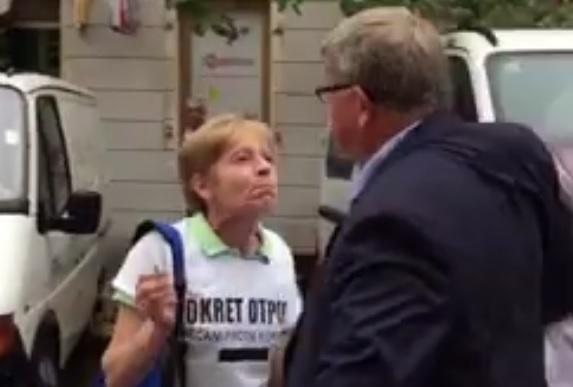 VIDEO: AKTIVISTICA OBERSNELU - Kako te nije sram, pljačkaš - on joj istrgao kišobran iz ruke