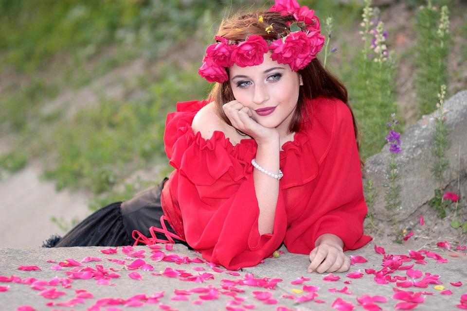 djevojka, ruže, ružine latice