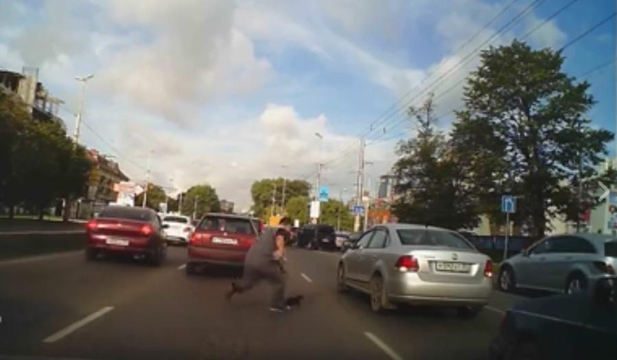 VIDEO: STOPIRAO PROMET - Pogledajte zašto je ovaj vozač prouzročio zastoj i oduševio sve