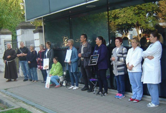 Pred bolnicom u Vukovaru (Foto: Facebook)