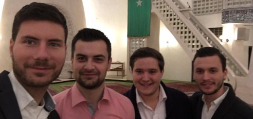 Zastupnik Pernar s mladim ljudima u zagrebačkoj džamiji (Foto: Facebook)