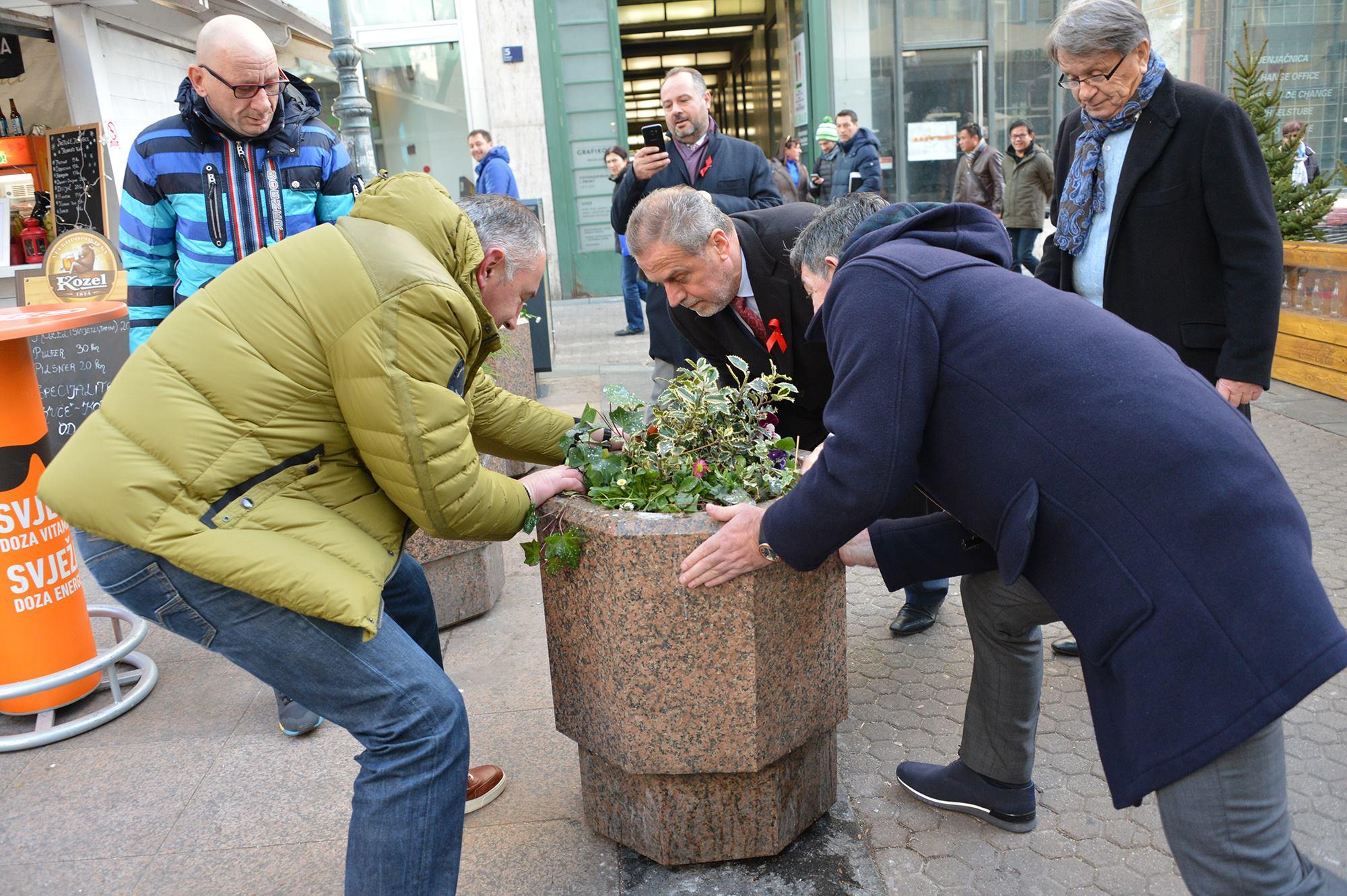Milan Bandić, gradonačelnik, s ekipom vraća žardinjeru na njezino mjesto (Foto: Facebook)