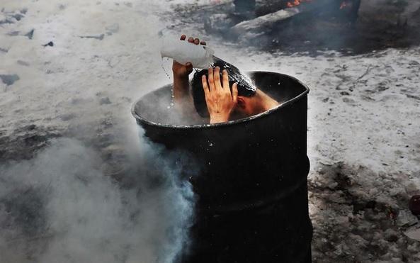 Fotografija prenerazila svijet. Izbjeglica se u beogradu kupa negdje u parku na minus 11 stupnjeva (Foto: Instagram)