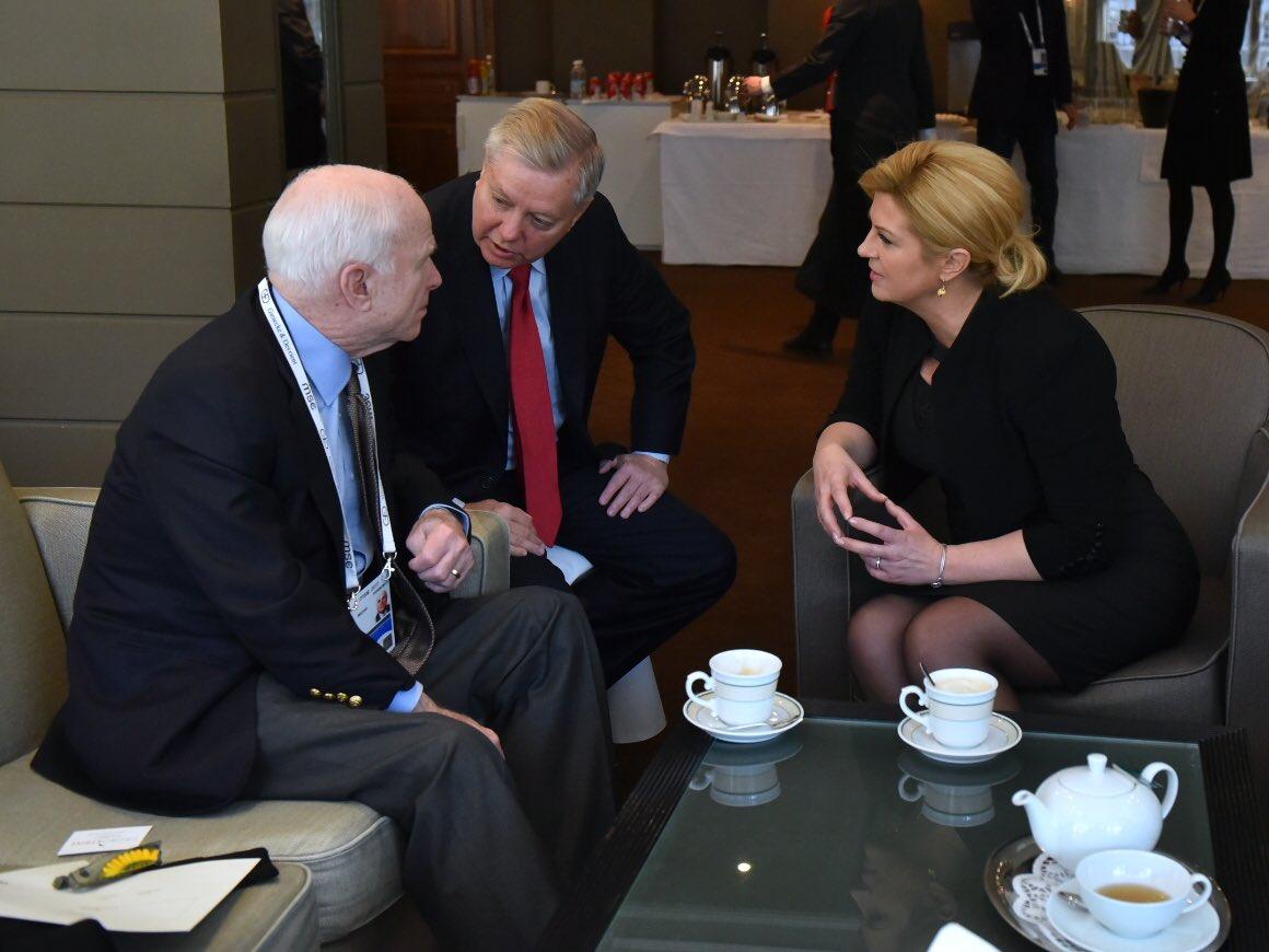 Predsjednica u razgovoruu sa senatorima McCainom i Lindseyjem (Foto: Twitter)
