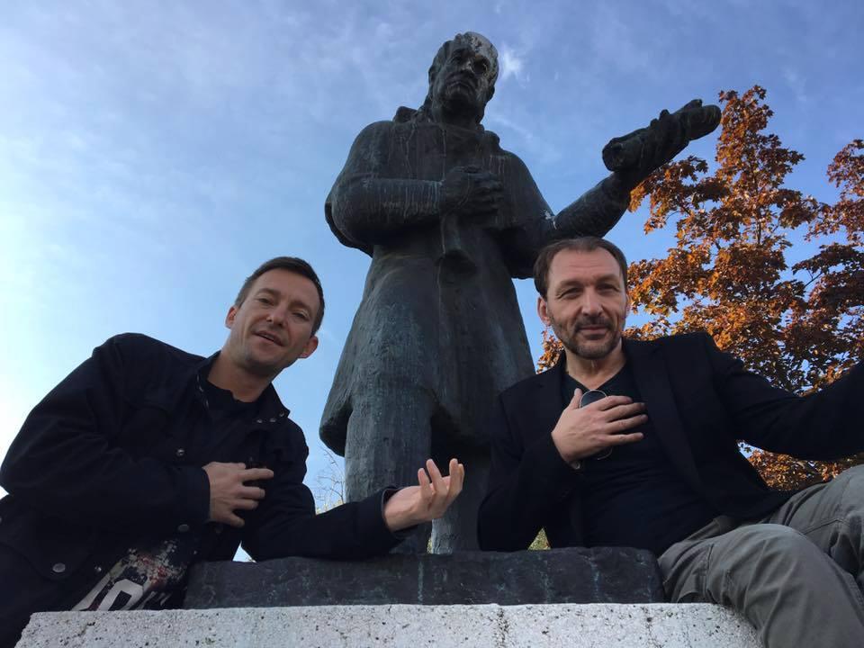 Na slici ispred spomenika Joakimu Vujiću, srpskom dramatičaru i prosvjetitelju po kojemu je Festival nazvan, a koji je 1835. u Kragujevcu osnovao prvo kazalište u Srbiji.