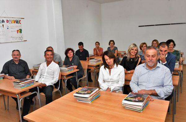 Gradonačelnik je dijelio udžbenike, pa je i na pitanja novinara odgovarao iz škkolskih klupa (Foto: Facebook)
