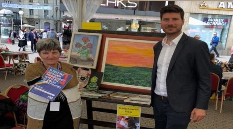 Zastupnik Ivan Pernar s gospođom koja je dala podršku inicijativi i potpisala se nogom (Foto: Facebook)
