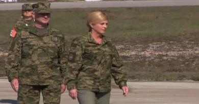 Predsjednica i predsjednička kandidatkinja KGK često se fotografira s oružjem, vojnicima, u maskirnim odorama