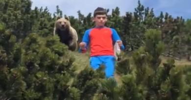 VIDEO: HIT NA INTERNETU – Medvjed se stvorio iza dječaka (12), pogledajte reakciju
